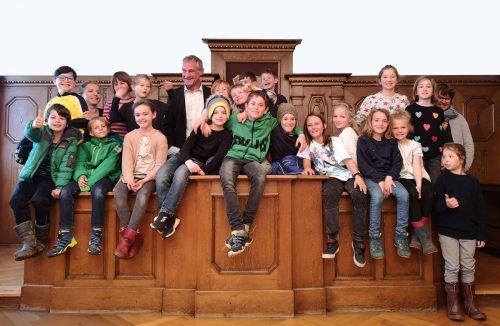 20 Schüler aus der Volksschule Marienberg besichtigten das Bregenzer Rathaus. ama