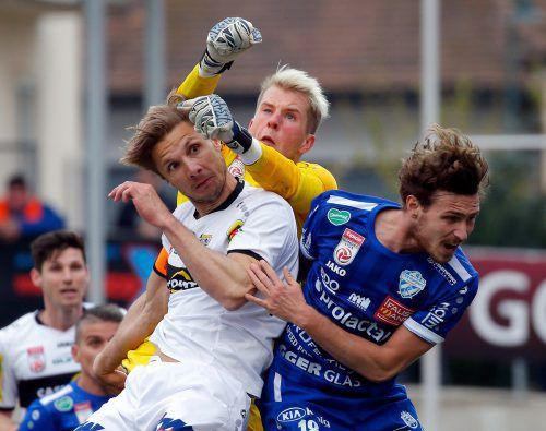 Altach-Kapitän Philipp Netzer (im Bild links gegen Hartberg-Goalie Rene Swete und David Cancola) wurde in der Schlussphase vorsichtshalber ausgewechselt.gepa