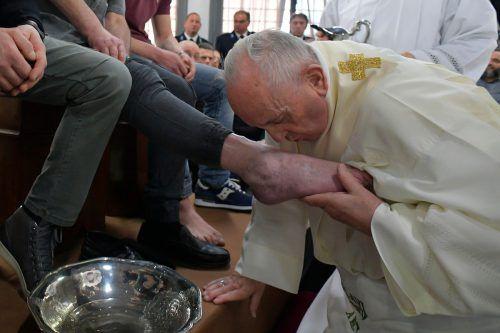 Am Gründonnerstag nahm Papst Franziskus in einem Gefängnis in Velletri die traditionelle Fußwaschung vor. AFP/Vatican Meddia