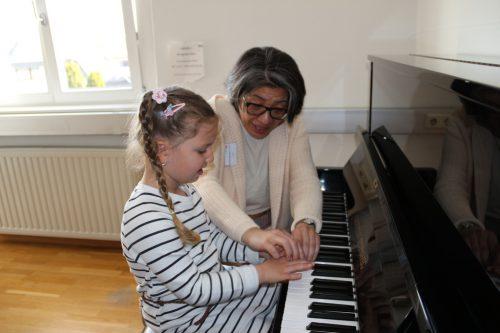 Am Klavier lässt sich Elif Zümra von Cecilia Gogibedaschwili erste Schritte erklären.vv