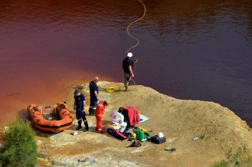 Am Sonntag wurde eine weitere Tote in einem Koffer aus einem mit Giftwasser verschmutzten See gezogen.Taucher versuchten am Montag, zwei weitere Koffer zu bergen. Reuters