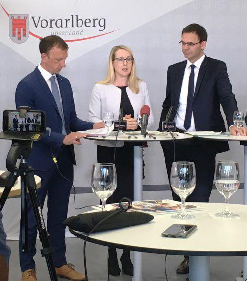AMS-Chef Bernhard Bereuter, Ministerin Margarete Schramböck und Landeshauptmann Markus Wallner. VLK