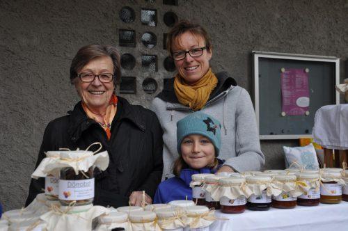 Antonia, Sophia und Beate (v. l.) brachten Kulinarisches vom eigenen Hof mit.