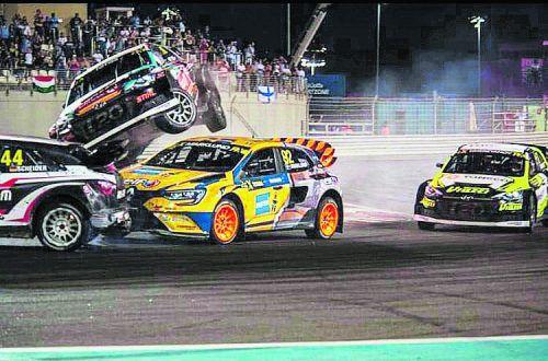 Attacke von den zurückliegenden Fahrzeugen auf Timo Scheider (ganz links) beim ersten Rallyecross-WM-Lauf in Abu Dhabi.ws