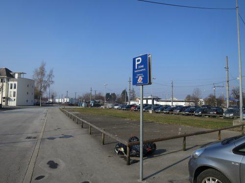 Auf dem Parkplatz beim Bahnhof fahren bald die Baumaschinen auf.