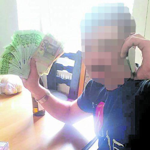 Auf seinem Facebookprofil posiert der 33-Jährige im September 2018 mit einem ganzen Büschel an Geldscheinen.