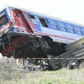 Lastwagen von Zug erfasst