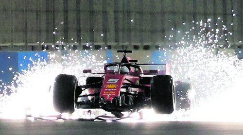 Bei Ferrari fliegen die Funken. Sebastian Vettel dreht sich zuerst im Duell mit Hamilton, dann verliert er seinen Frontflügel.reuters