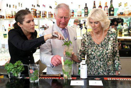 Beim Kubabesuch Ende März lernten Prinz Charles und Camilla die Mojito-Zubereitung von Barkeeperin Diana Figueroa. Reuters