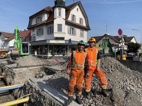 Bertram Muxel und Florian Sturm vom Wasserwerk Lustenau sind für die Verlegearbeiten der Trinkwasserleitungen zuständig.gemeinde