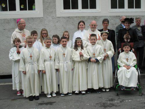 Bischof Benno Elbs machte den sieben Erstkommunikanten seine Aufwartung. SW