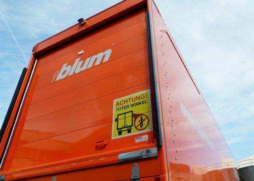 Blum warnt auf dem Firmen-Lkw vor dem toten Winkel und rüstet Fahrzeuge um. Fa