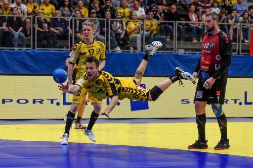 Bregenz-Spieler Severin Lampert bewundert die Flugeinlage seines Mitspielers Lukas Frühstück, ebenfalls nur Zuseher ist Schwaz-Akteur Alexander Pyshkin.gepa