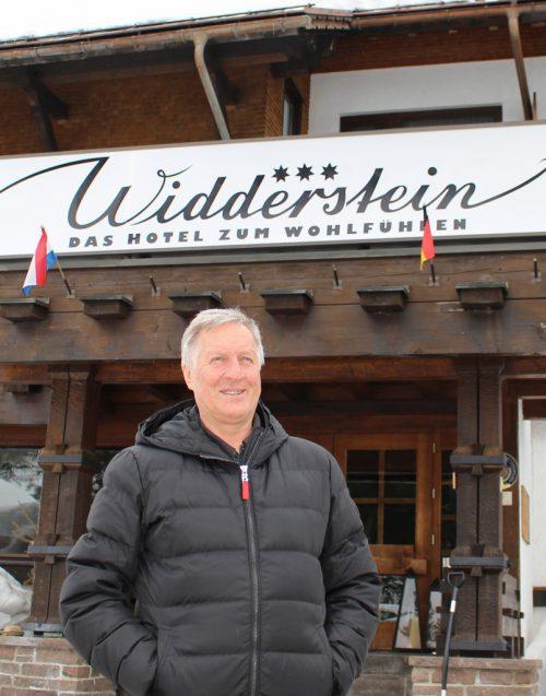 Bürgermeister Herbert Schwarzmann erläutert bei einem Lokalaugenschein das Großprojekt rund um das Hotel Widderstein. STRAUSS