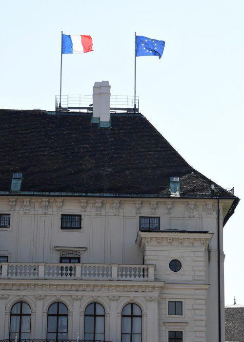Bundespräsident Van der Bellen ließ auf der Präsidentschaftskanzlei die französische Fahne hissen. APA