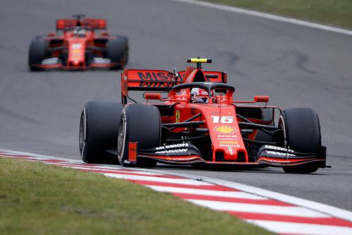 Charles Leclerc (vorne) war nicht gerade erfreut darüber, dass er Sebastian Vettel vorbeilassen musste.reuters