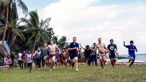 Daniel Schmidt (Mitte) und seinen Kollegen gelang es, den Kindern im krisengebeutelten Kambodscha Freude am Leben zu vermitteln. Privat