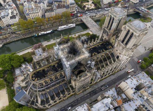 Das ausgebrannte Dach der Kathedrale Notre Dame.Gigarama.ru