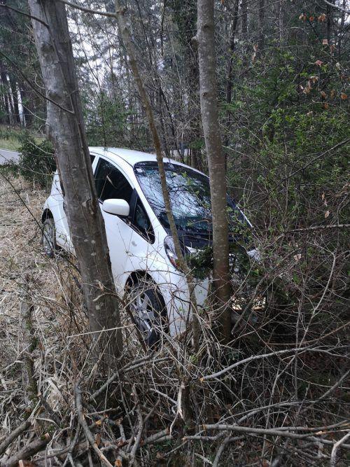 Das Auto landete im Wald, der Täter verschwand. Gemeinde
