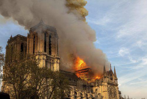 Das Dach der Kathedrale ist bei dem Brand in großen Teilen zerstört worden. AP