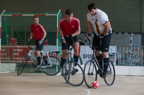Das Radballduo Kevin Bachmann (l.) und Stefan Feurstein verbuchte in Albungen im UCI-Weltcup den ersten Podestplatz. steurer