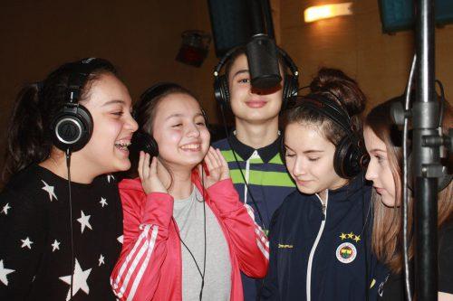 Das Tonstudio wurde gemeinsam mit den Schülerinnen und Schülern in Schuss gebracht.nam