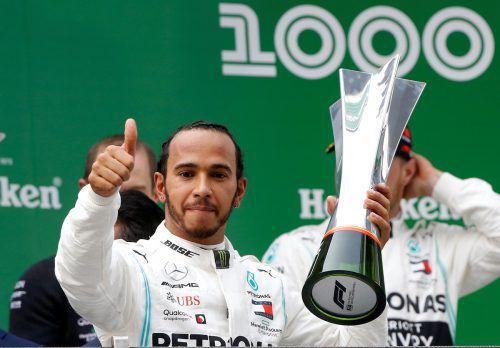 Daumen hoch: Lewis Hamilton konnte sich im 1000. Rennen der Formel-1-Geschichte über seinen 75. Siegerpokal freuen.REUTERS