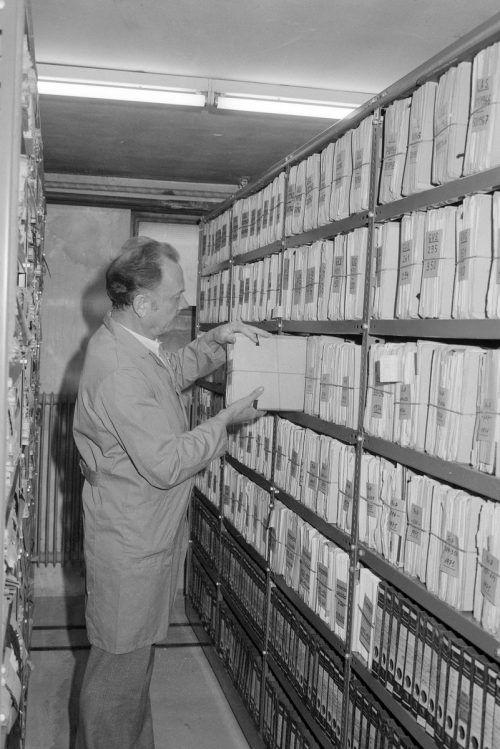 Depotraum in Landesarchiv. Das Magazingebäude wurde zu Beginn der 1930er-Jahre von Architekt Willibald Braun entworfen. Ansichtskarten-Sammlung, Helmut Klapper, Vorarlberger Landesbibliothek
