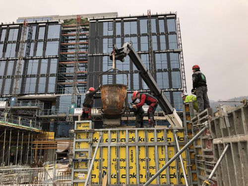 """""""Der Beton mit dem klinkerreduzierten Zement passt perfekt in unser Gebäudekonzept"""", sagt Geschäftsführer Philipp Tomaselli. HolCim"""
