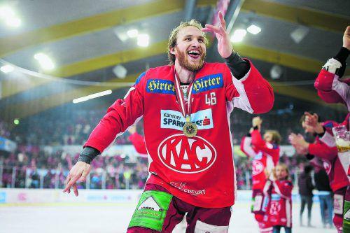 Der Dornbirner Johannes Bischofberger feierte ausgelassen, er wurde mit dem KAC zum ersten Mal österreichischer Eishockeymeister.gepa