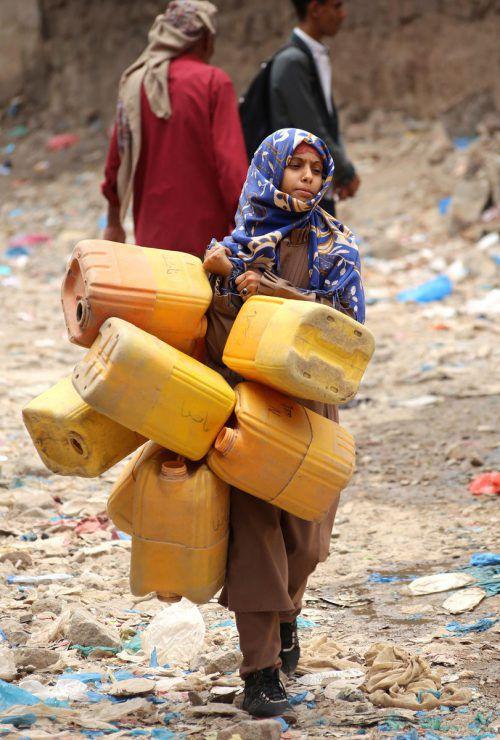 Der Krieg im Jemen hat bisher Zigtausende Menschenleben gefordert und die Infrastruktur zerstört. Die Menschen müssen weit gehen, um an Wasser zu kommen. afp