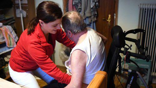 Der Pflegealltag kann herausfordernd, aber auch sehr erfüllend sein. Das gilt es jungen Leuten zu vermitteln. apa