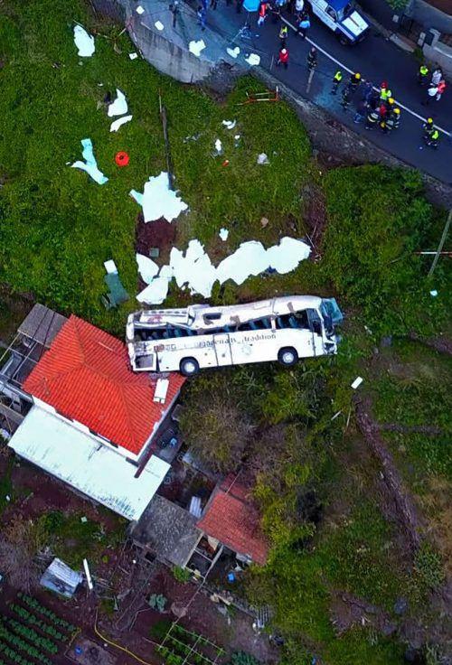 Der Reisebus ist auf ein Wohnhaus gestürzt. 29 Menschen sind bei dem Unglück ums Leben gekommen. Der Bus war erst wenige Jahre alt, der Busfahrer gilt als erfahren. AFP