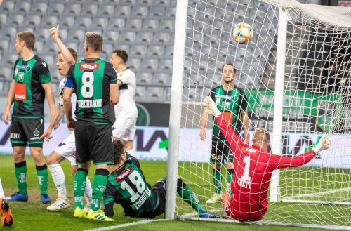 Der Schlüssel zum Erfolg der Altacher: Der Ball zappelt nach einem Eckball ein erstes Mal im Netz des Tiroler Tores.apa