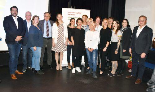 Der Vorstand des Krankenpflegevereins Hard mit Pflegeteam, Bgm. Harald Köhlmeier und Landesobmann Herbert Schwendinger. ajk
