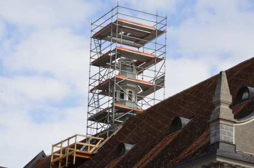 Der Zierdeturm wurde inzwischen mit einem Baugerüst ummantelt.
