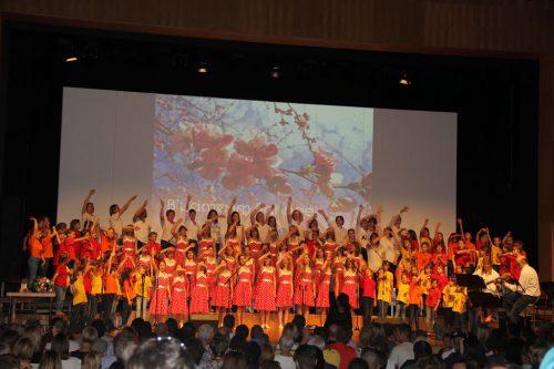 Die beiden Chöre Calypso und Frechdax stehen wieder gemeinsam auf der Bühne. Unterstützung bekommen die jungen Sänger vom Frauenchor Chornetto. Frechdax