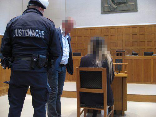 Die erstangeklagte mutmaßliche Täterin und ein mitbeschuldigter Vorarlberger Geschäftsmann im Feldkircher Schwurgerichtssaal. eckert
