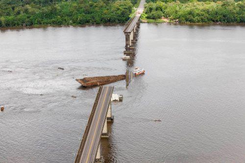 Die fast 900 Meter lange Brücke über den Moju-Fluss ist teilweise eingestürzt. ap