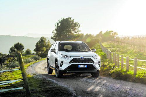 DIe fünfte Generation tritt der Toyota RAV4 jetzt an. Mit neu interpretiertem Design und ganzohne Diesel. Geblieben ist es beim Hybrid-Antrieb mit 218 (Frontantrieb) oder 221 PS (4x4,elektrisch generiert). Einziger Benziner ist ein 2,0-Liter mit 170 PS. Preis: ab 32.990 Euro.