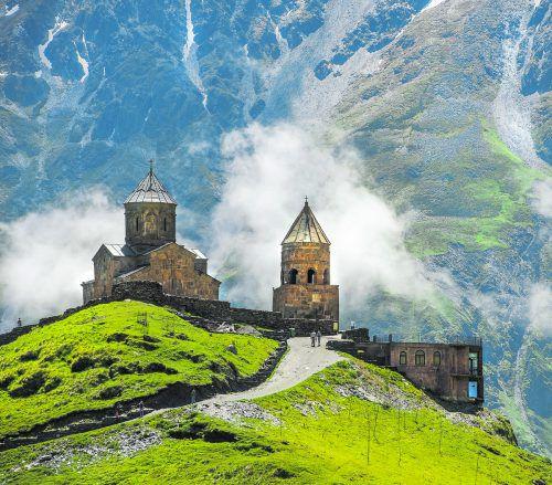 Die Gergeti-Dreifaltigkeitskirche thront eindrucksvoll auf einem Hügel auf 2170 Metern Höhe. shutterstock