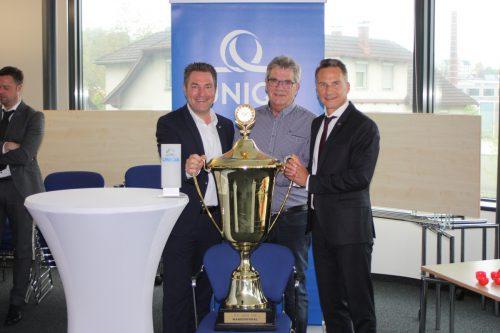 Die Hand am Pokal: Die Vertreter von Hauptsponsor Uniqa, Markus Stadelmann (l.) und Klaus Rettenbacher (r.) sowie VFV-Vize Peter Schnieder.knobel