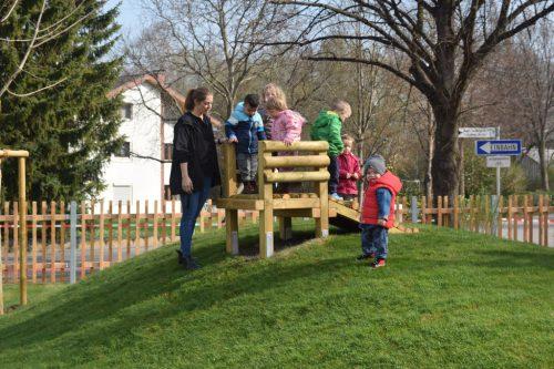 """Die Kinder der """"Villa Klein"""" begutachten ihren neuen Garten.Gemeinde"""