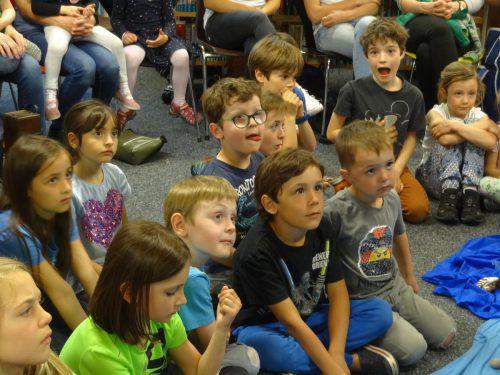 Die Kinder folgten dem Puppentheaterstück sehr aufmerksam. Bücherei Sulz-Röthis