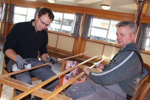 Die Mitarbeiter-Crew polierte die Holzleisten.
