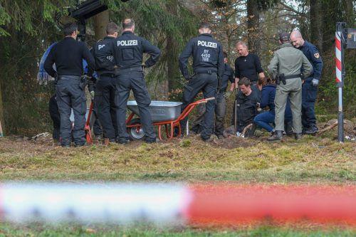 Die Polizei hat nach Hinweisen mit Grabungen begonnen. APA