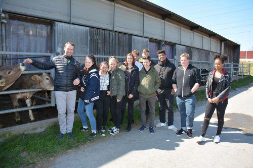 Die Schüler konnten sich bei der Landwirtschaftsschule Hohenems von der Art der Haltung der Tiere persönlich überzeugen.gascht