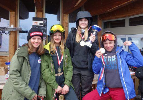 Die Snowboarderinnen der SMS Nüziders: Melanie Vidmar, Fiona Ganahl, Sarah Erhard und Lara Neyer (v. l.).