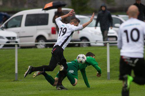 Die Szene, nach der im Topspiel der Vorarlbergliga-Runde zum ersten Mal angeschrieben werden konnte: Elfmeterfoul von Djordjevic (l.) an Jonas Gamper.VN/STEURER