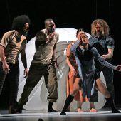 Tänzer hiphoppen und wandern durch die Luft